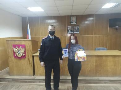 В Тверской области полицейские поздравили дочь погибшего коллеги с Новым годом