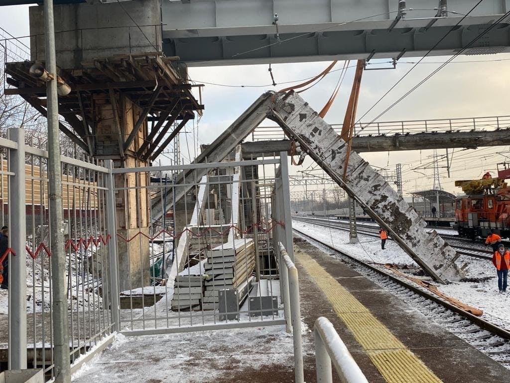 Появилось видео с места обрушения пешеходного перехода по пути электричек Тверь-Москва