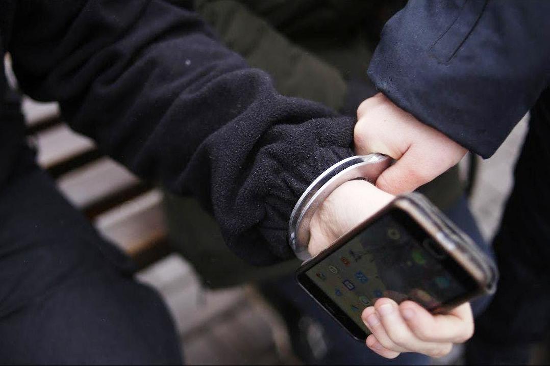В Твери молодой человек вырвал телефон у мужчины и сбежал