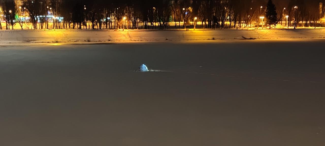 В центре Твери рыбаки испытывают тонкий лед на прочность