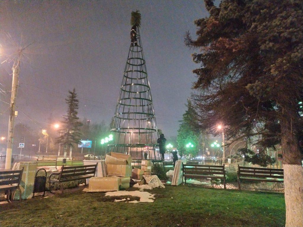 На Комсомольской площади в Твери устанавливают новогоднюю ель
