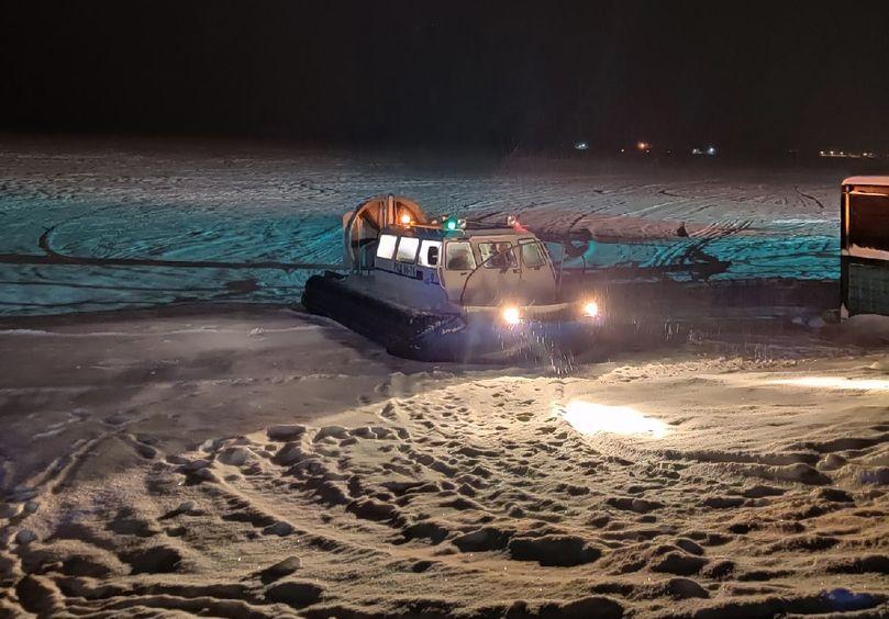 В Тверской области спасатели на аэролодке эвакуировали людей с острова, где разбушевался пожар