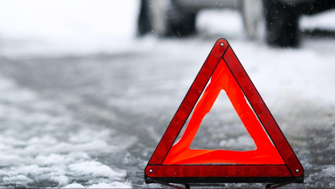 В районе Тверской области грузовик въехал в остановку