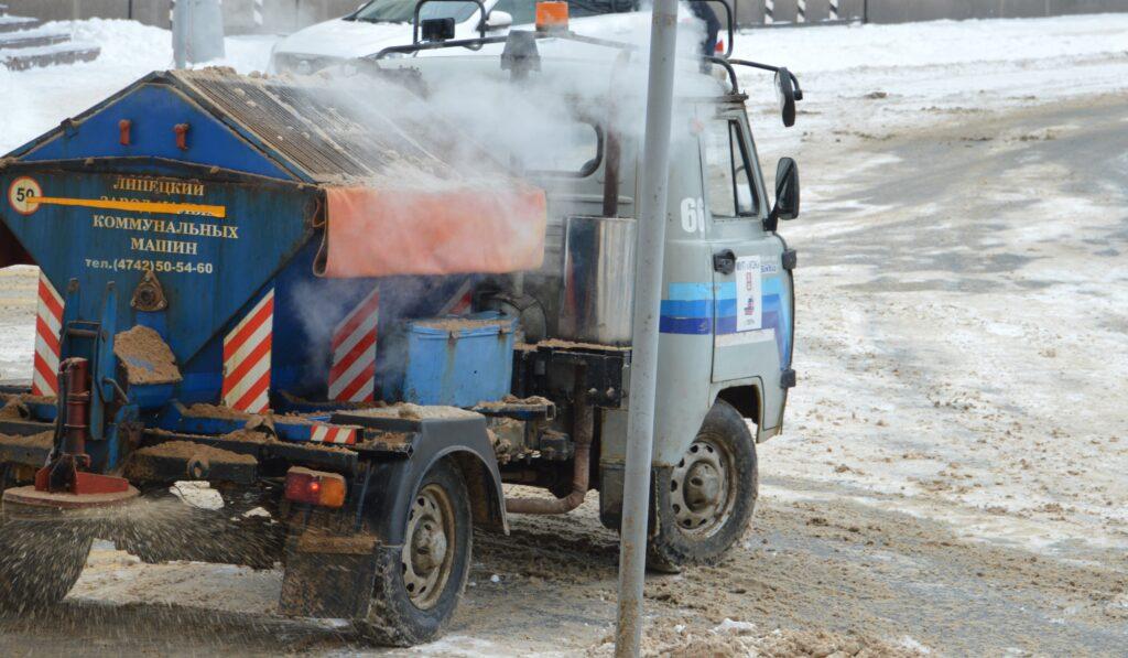 В Твери в круглосуточном режиме продолжается расчистка улиц от снега