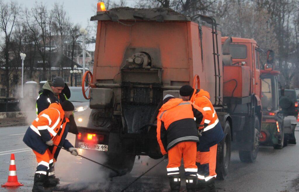 На дорогах тверских улиц продолжают заделывать ямы