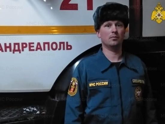 В Тверской области спасатель вытащил из полыхающего дома пенсионера