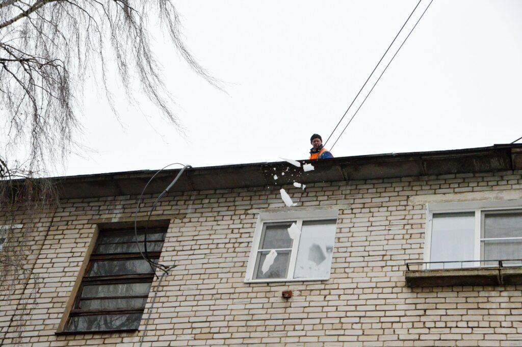 Во всех районах Твери очищают крыши от наледи