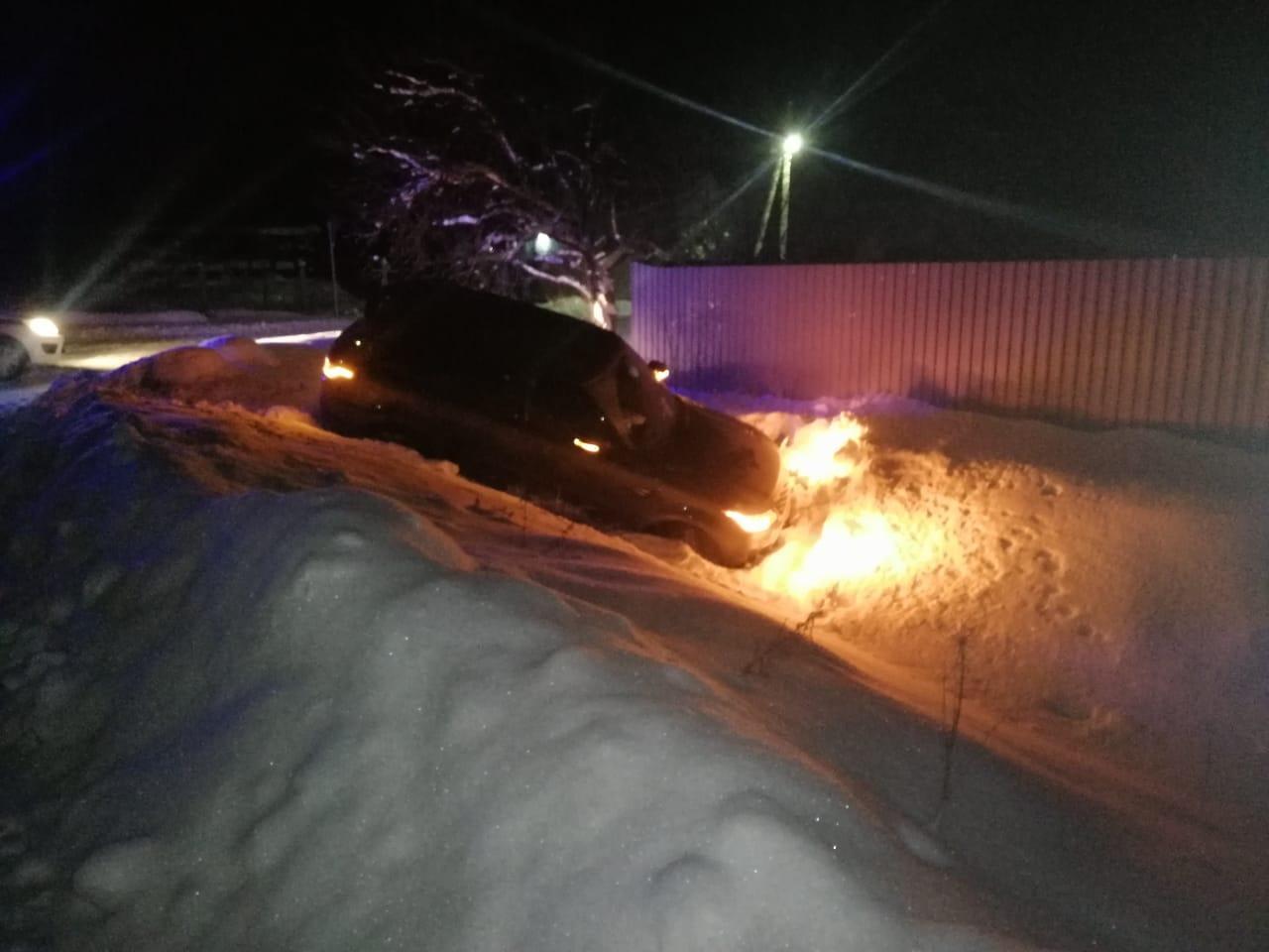 В Тверской области автоледи на внедорожнике улетела в кювет