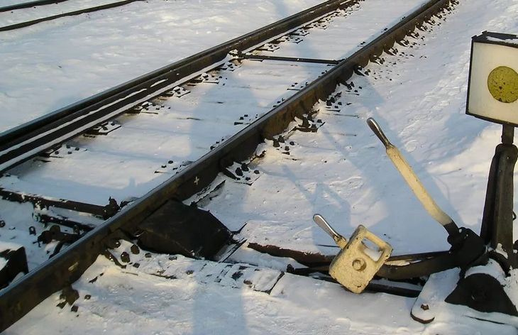 Неисправность стрелки стала причиной схода поезда с рельсов в Тверской области