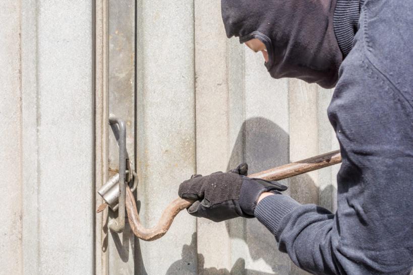 В Тверской области злоумышленник обокрал гараж на 26 тысяч рублей
