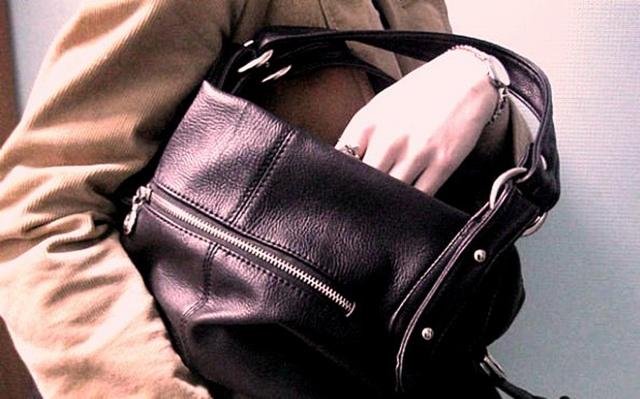 В Тверской области мужчина украл из кафе женскую сумку