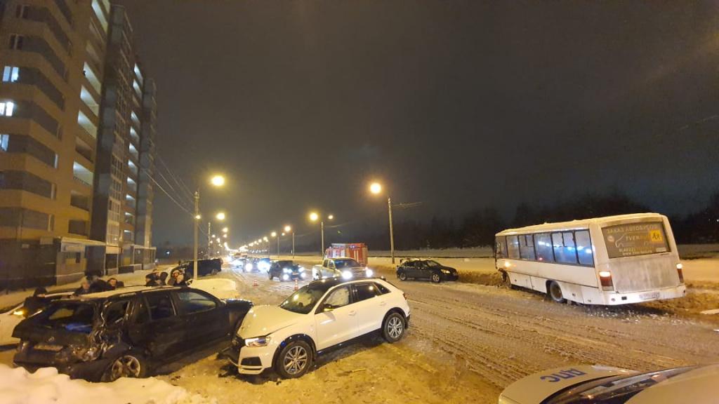 В Твери произошло массовое ДТП с участием трех иномарок и автобуса