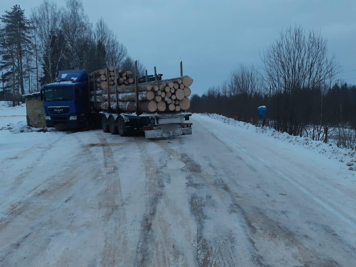 На трассе М-9 в Тверской области лесовоз протаранил остановку