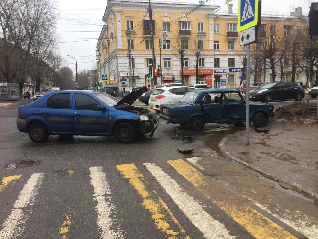 В Твери автоледи на ВАЗе протаранила иномарку, среди пострадавших ребенок