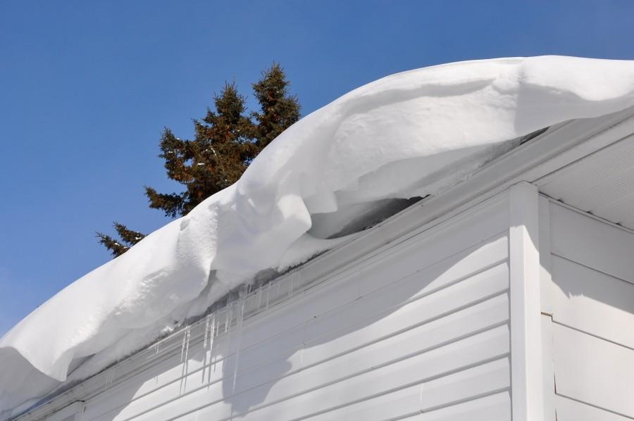 На маленькую девочку упал снег с крыши в Тверской области