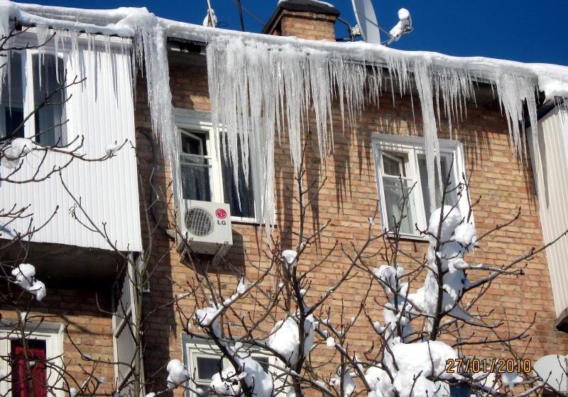 В Твери МЧС опубликовало правила безопасности при сходе снега и сосулек с крыш зданий