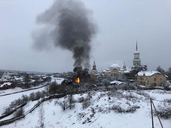 В Торжке сгорел частный дом возле монастыря