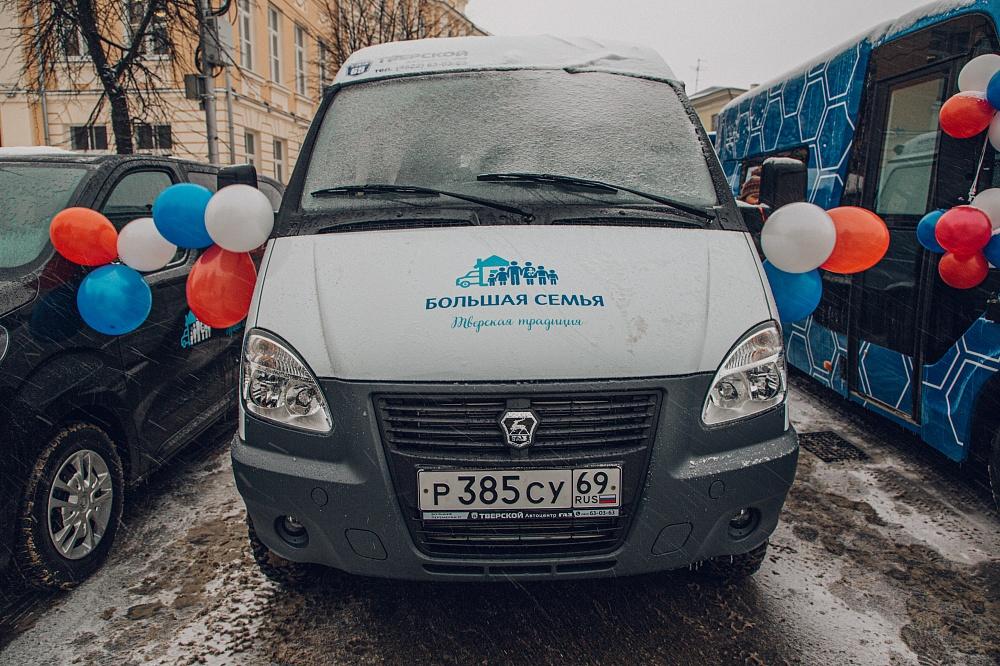 Игорь Руденя вручил многодетной семье из Западной Двины новый транспорт