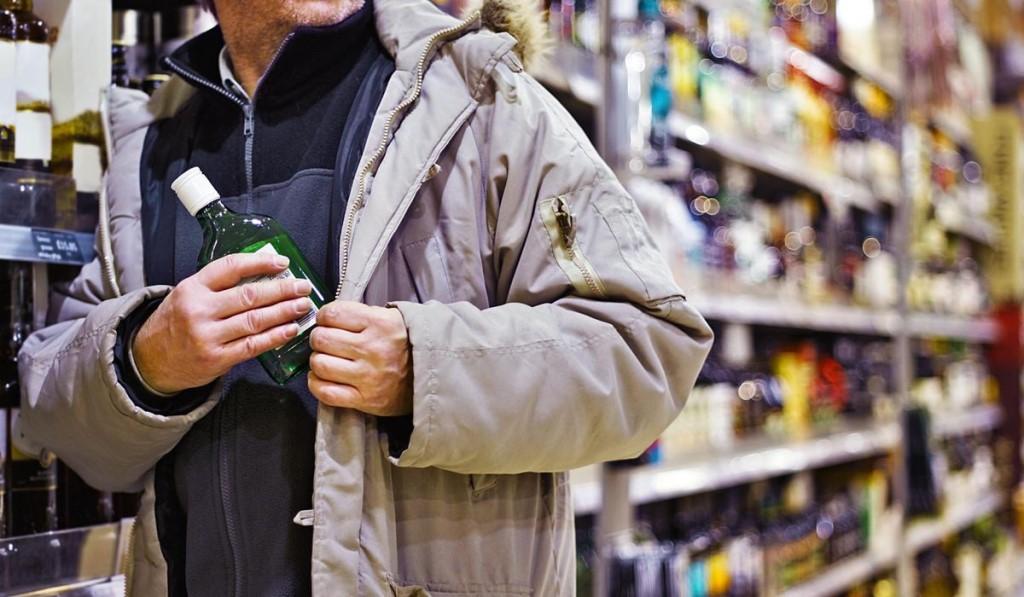 В Твери мужчина проник в магазин и украл бутылки с алкоголем
