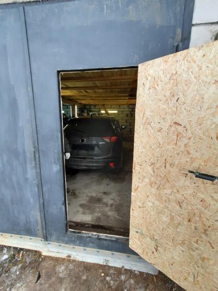 Под Тверью нашли гараж-отстойник с угнанной Маздой