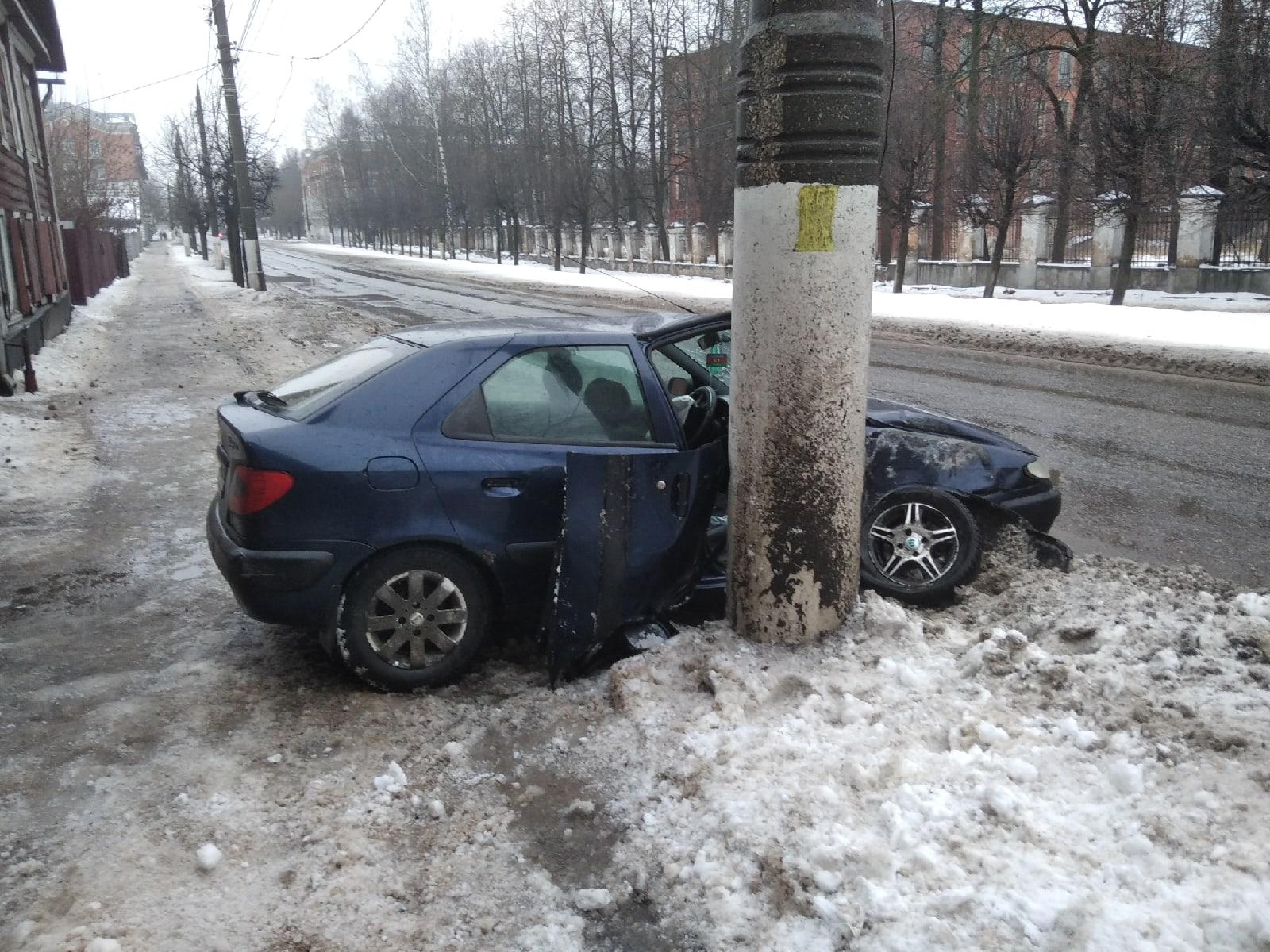 На улице Спартака в Твери машина обняла бетонный столб