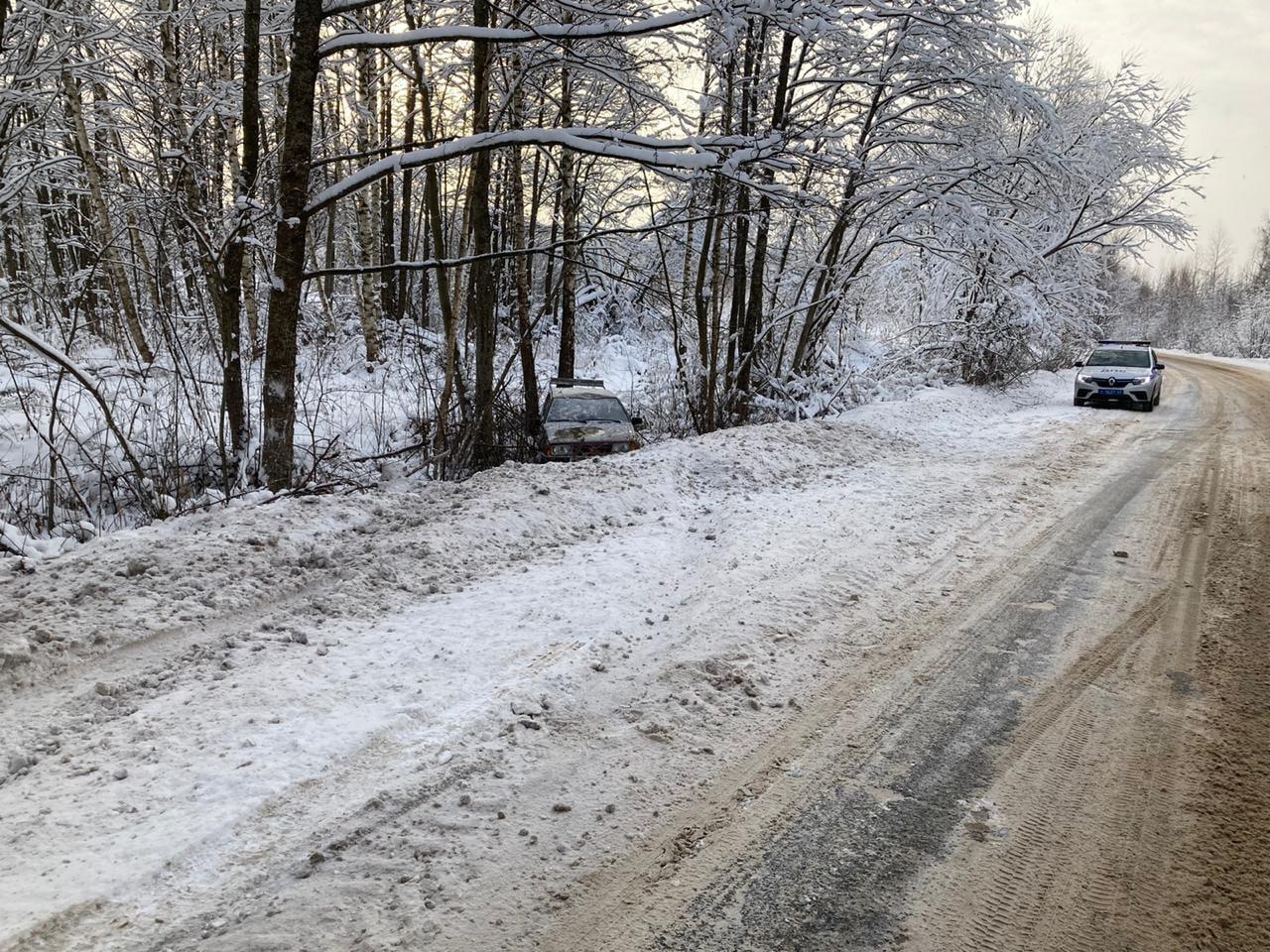 В Тверской области легковушка вылетела в кювет и перевернулась