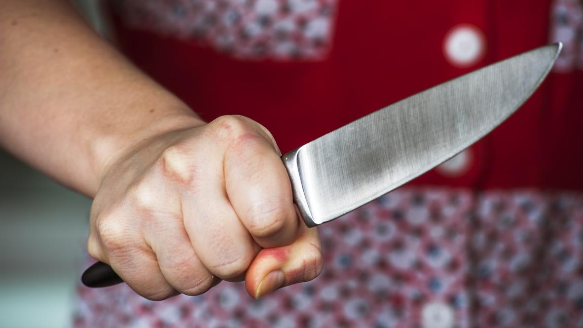 Женщина ударила своего отчима ножом в Твери
