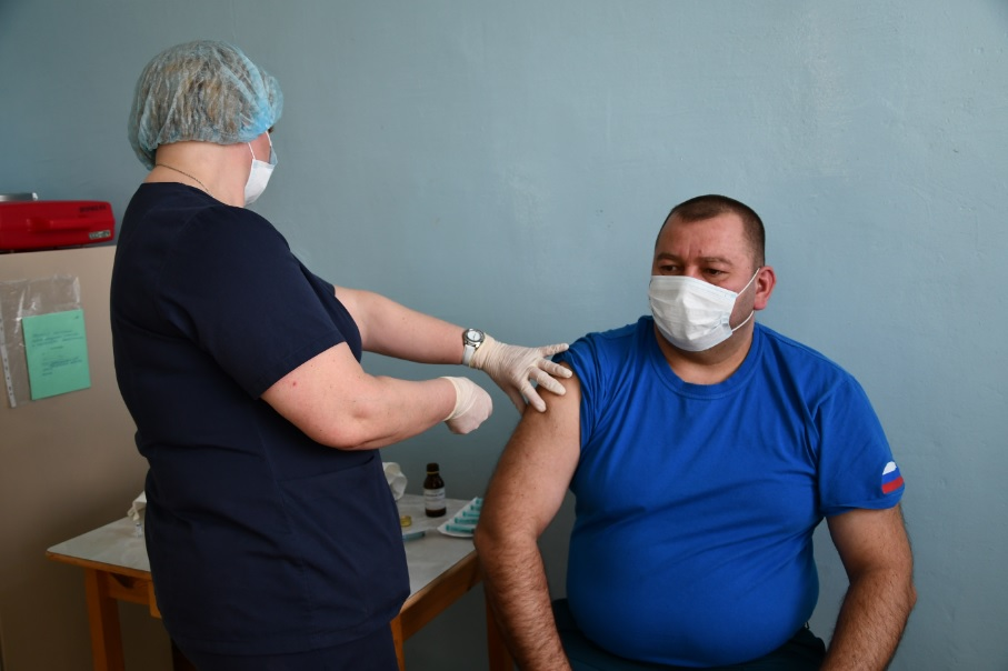 В Андреапольском районе первыми вакцинировались от ковида сотрудники пожарной части №21