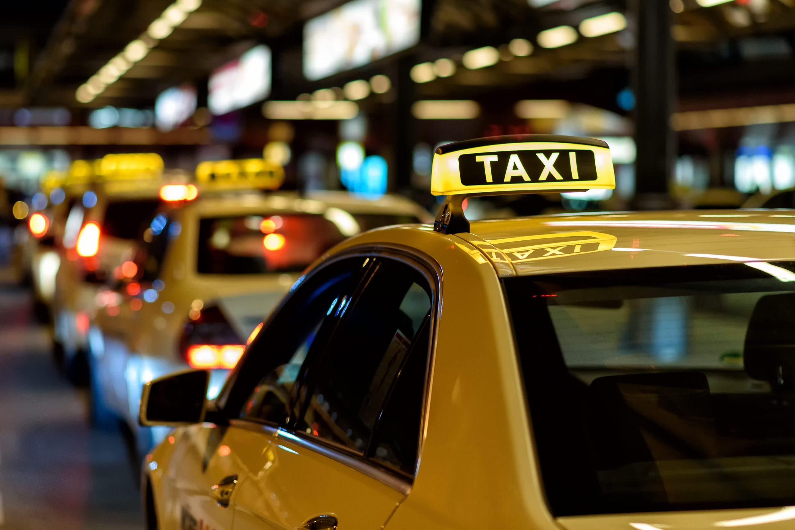 """За сколько докинешь? Дорого!"": ФАС проводит проверку цен на такси"