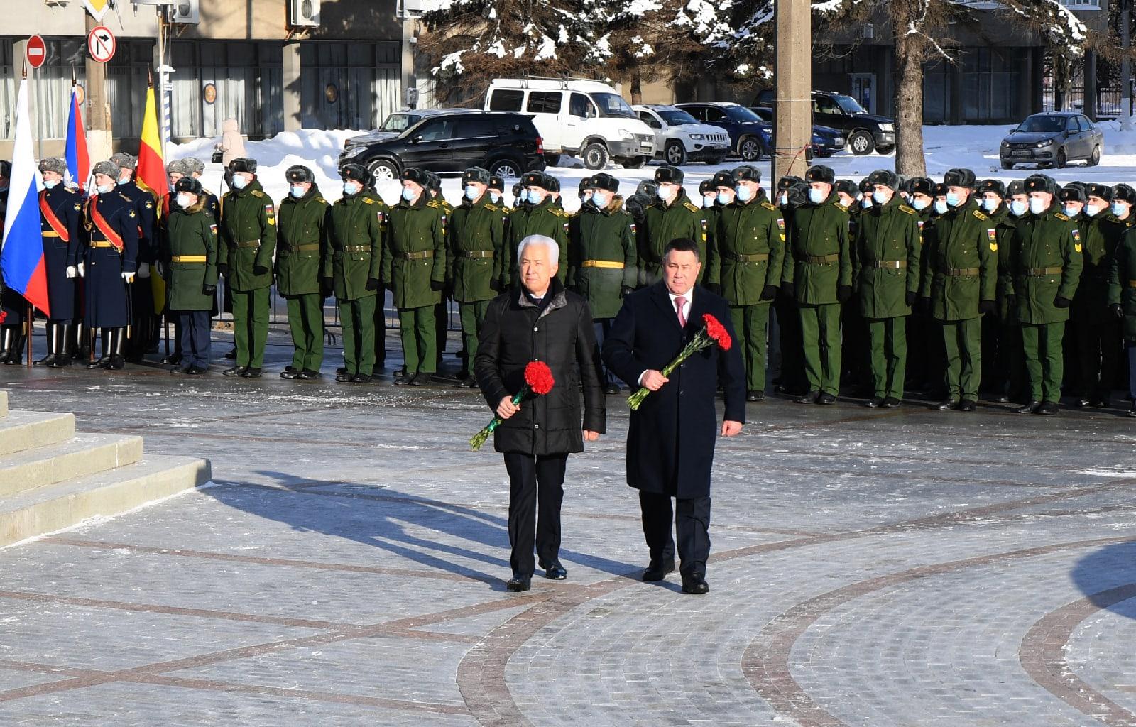 Игорь Руденя, Владимир Васильев возложили цветы к стеле «Город воинской славы» в Твери