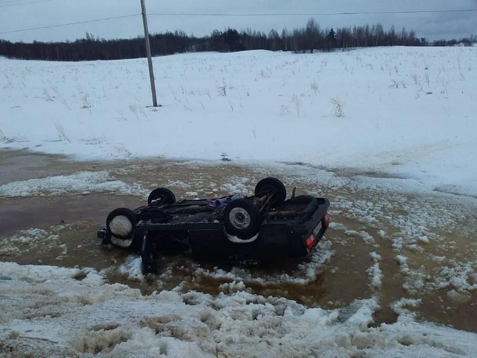В Тверской области отечественный автомобиль съехал в кювет