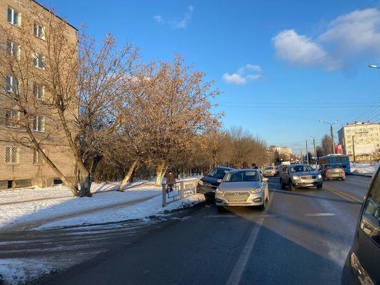 В Твери два автомобиля притёрлись бок о бок на перекрёстке