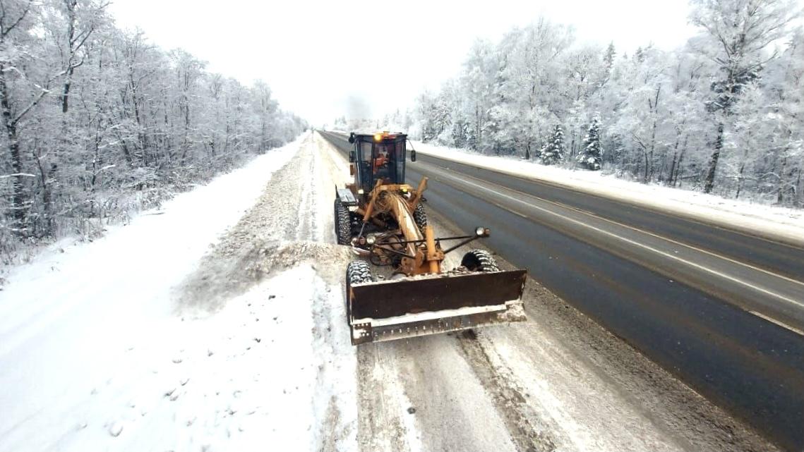 165 единиц техники чистят от снега региональные дороги Тверской области