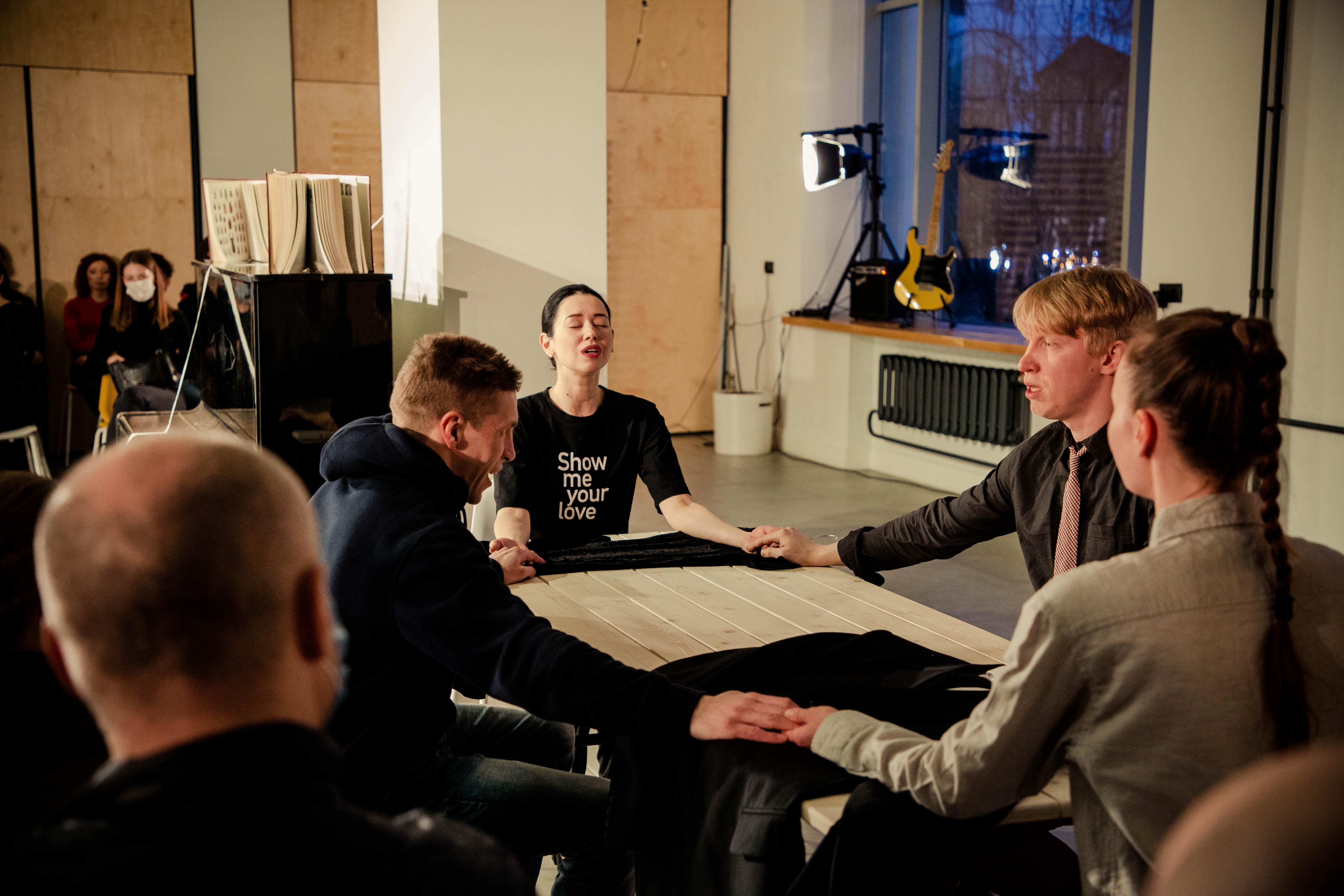 Круглый стол и рок-н-ролл: в тверском ТЮЗе завершилась режиссерская лаборатория