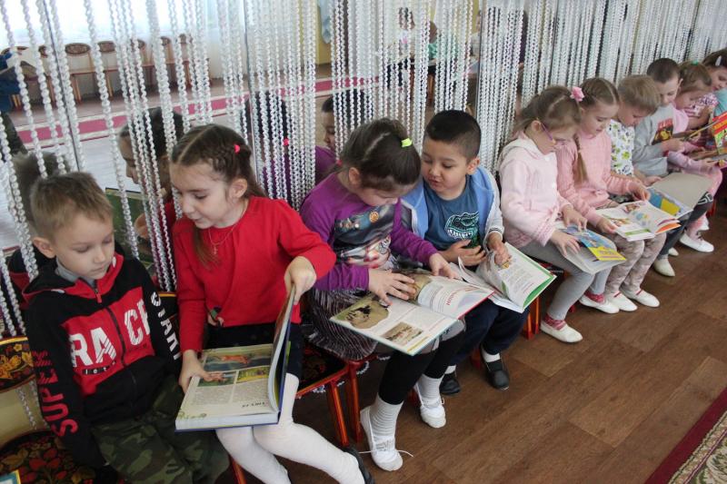 Воспитанники тверского детского сада получили от полицейских по книге