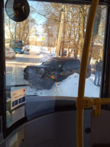 В Твери легковая машина столкнулась лоб в лоб с автобусом