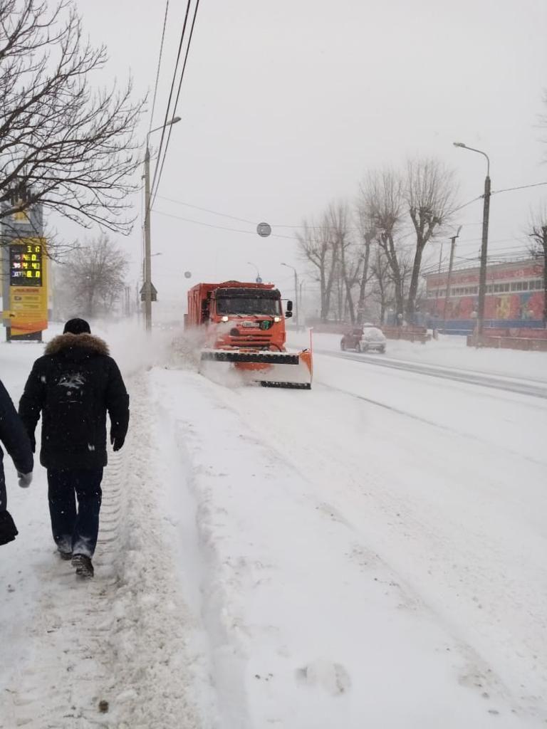 56 машин и 120 дворников расчищают улицы Твери от снега