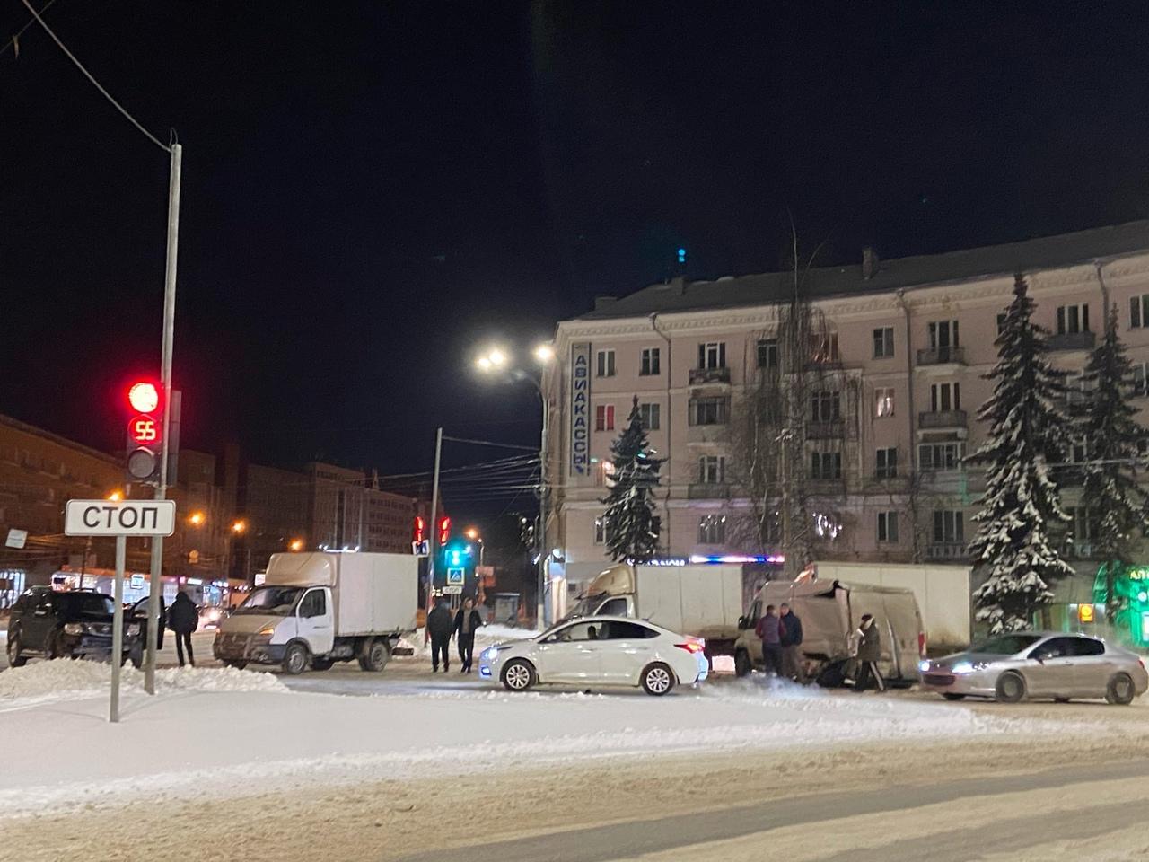 В центре Твери столкнулись несколько автомобилей