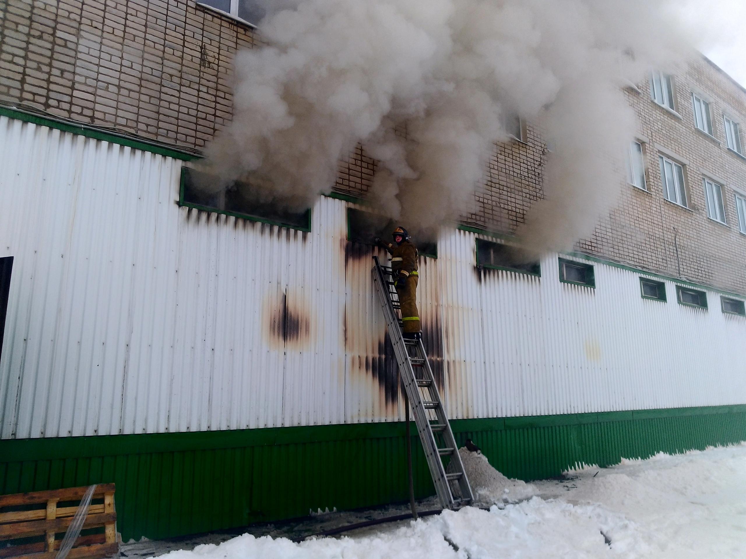 В Кимрах загорелся обувной склад