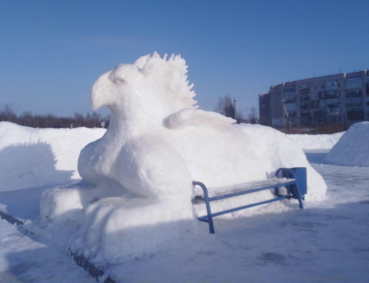 В Тверской области слепили из снега гигантского грифона