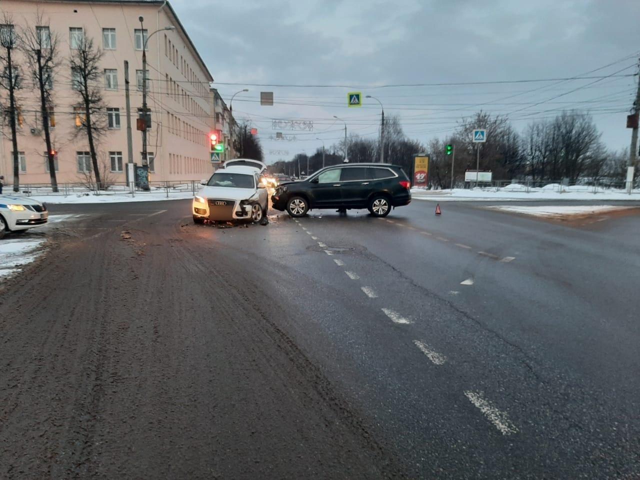 В Твери неуступчивая автоледи на внедорожнике протаранила легковушку с ребенком