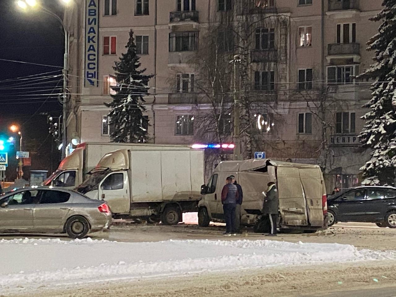 В центре Твери на светофоре столкнулись автомобили