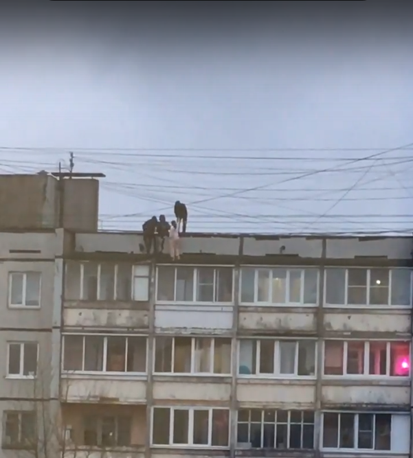 В Твери дети ползали на краше 9-этажного дома