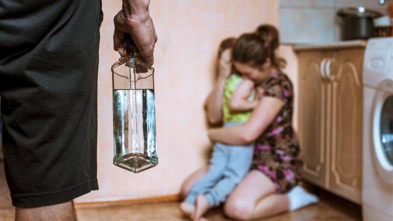 Запой длиною в жизнь: как алкоголь разрушает семью