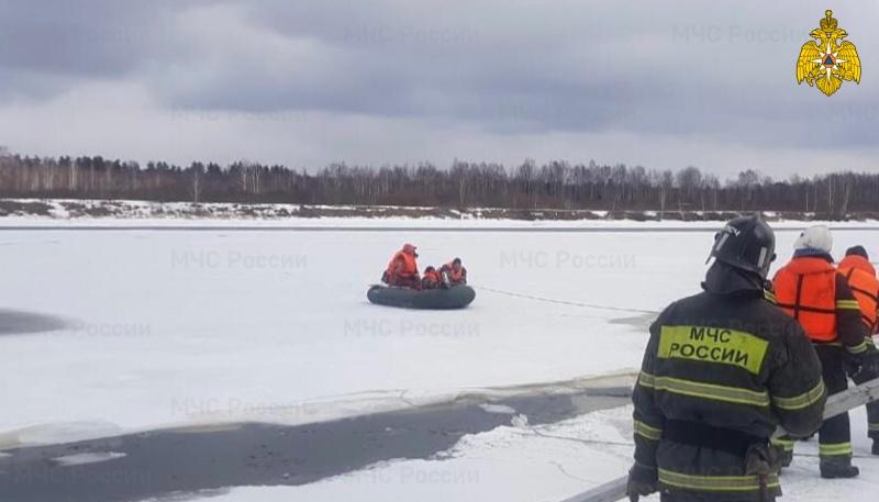 Сотрудники МЧС спасли рыбака, который оторвался от берега на льдине