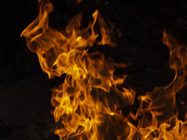 В Твери загорелся заброшенный двухэтажный дом с мансардой