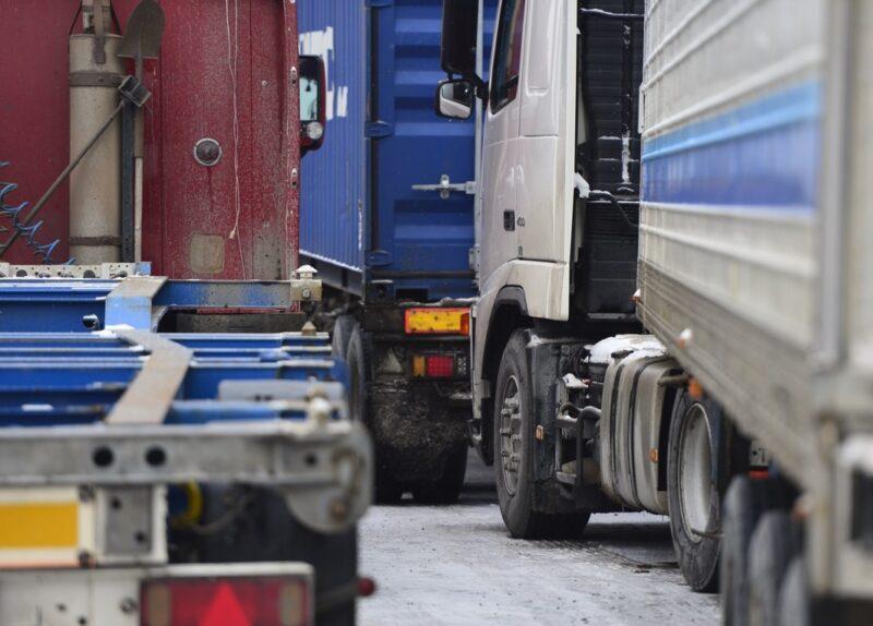В Бологовском районе на месяц ограничат движение грузовиков