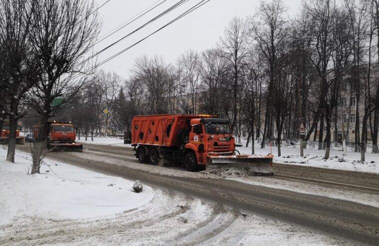 В Твери в усиленном режиме ведется очистка дорожного покрытия