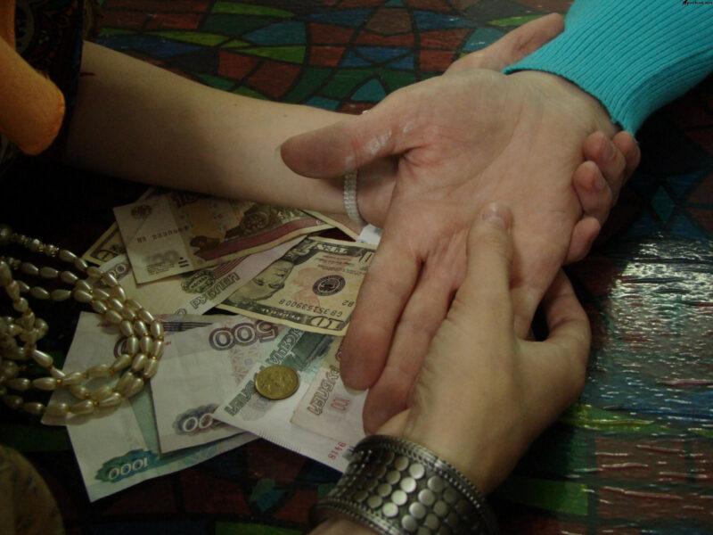 """Жительница Твери отдала """"целительницам"""" 500 тысяч рублей"""