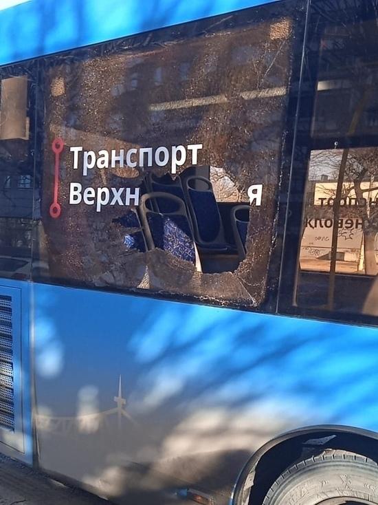 В Твери нетрезвые пассажиры вдребезги разбили окно автобуса